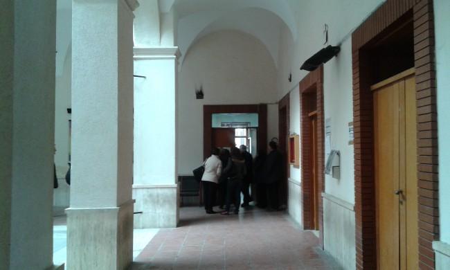Cittadini in fila nell'atrio del Palazzo comunale